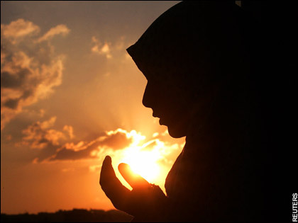 young-muslim-woman-makes-dua